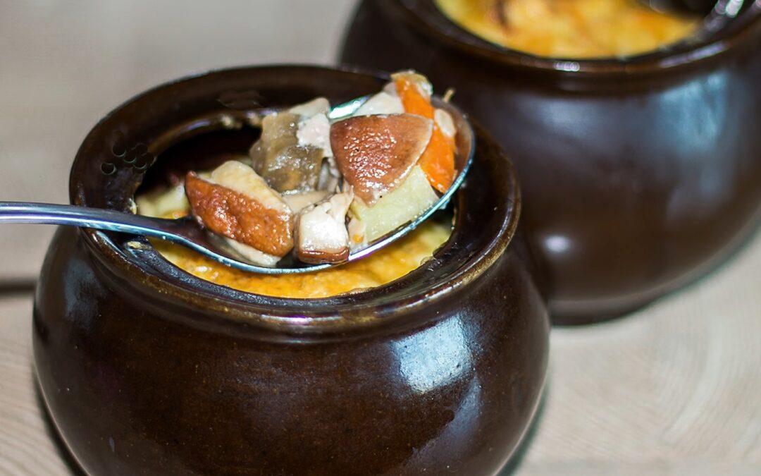 Мясо в горшочках с сыром и грибами.