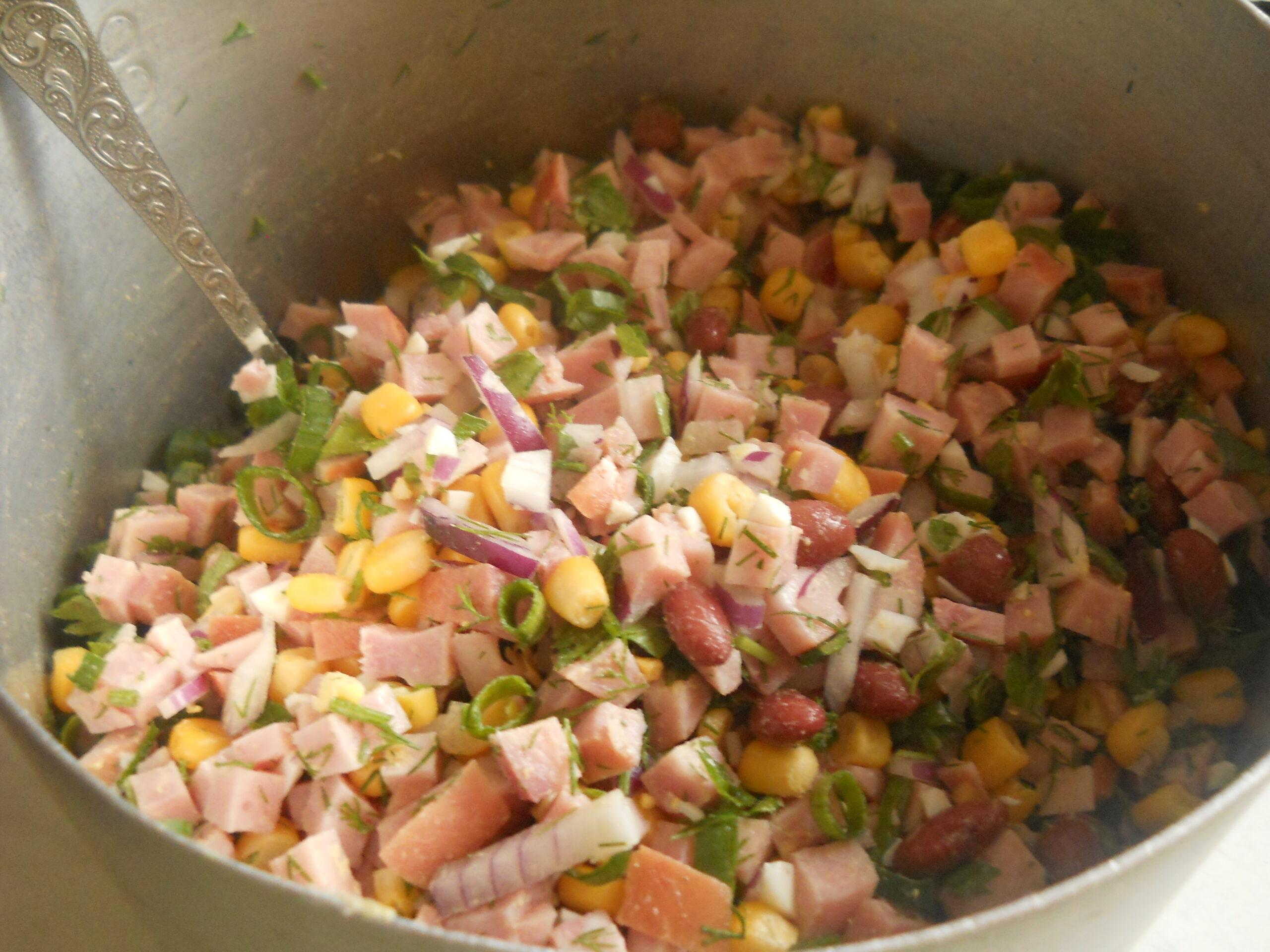 Праздничный салат с ветчиной, кукурузой и фасолью