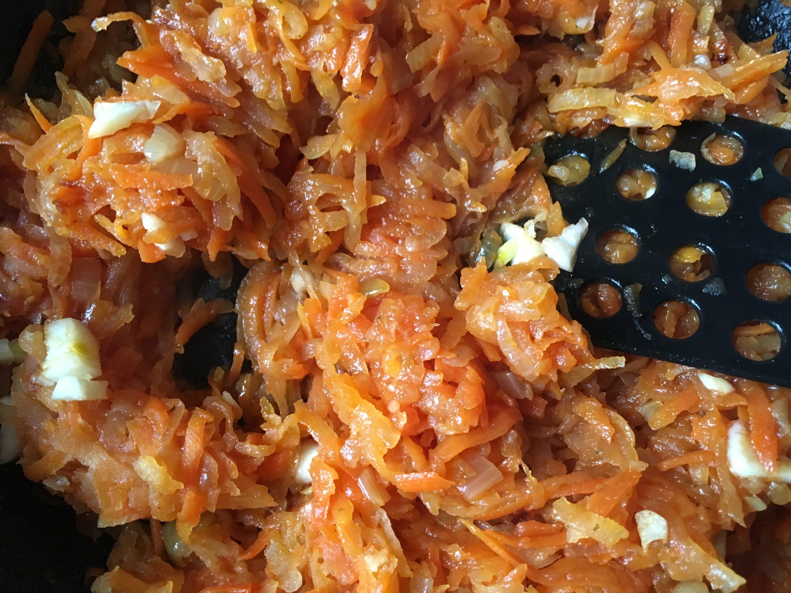 Тушеная овощная смесь: пекинская капуста, морковь, лук и чеснок