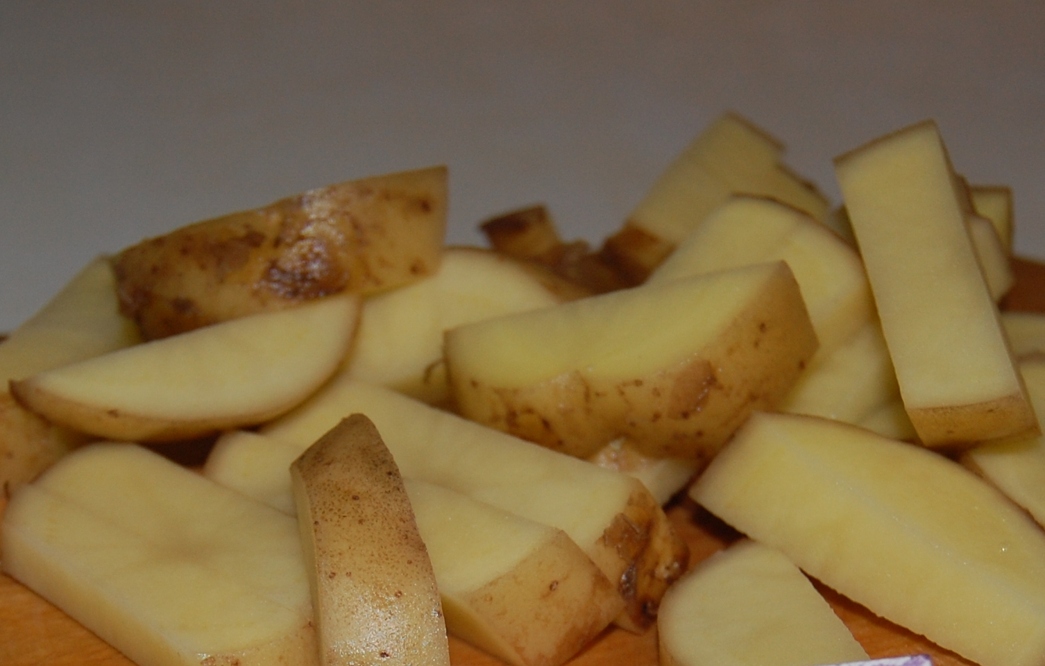 Ароматный печеный картофель в томатно-соевом маринаде с грибами