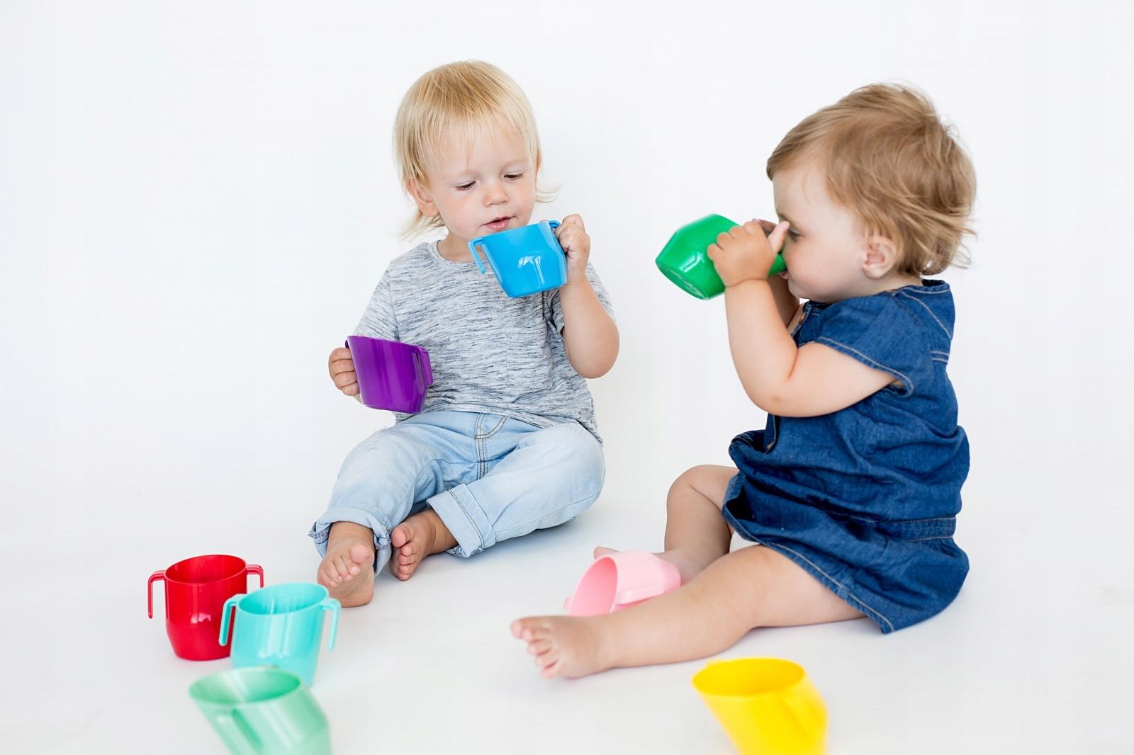 Как приучить ребенка пить из чашки?