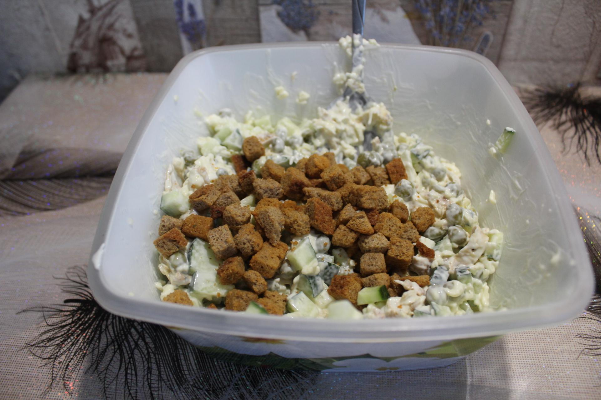 Салат с плавленным сыром и зеленым горошком