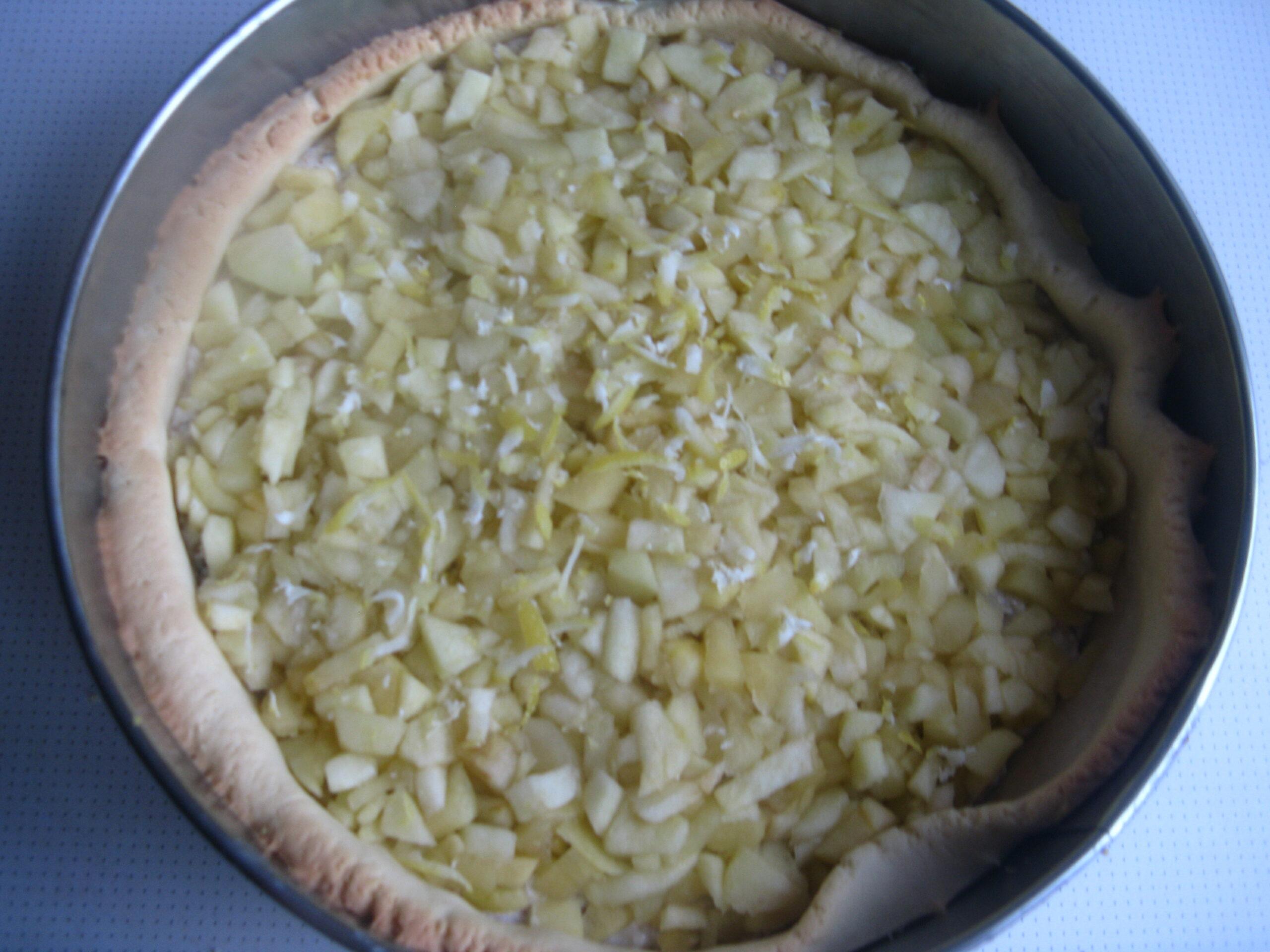 Яблочный пирог с грецкими орешками и творогом