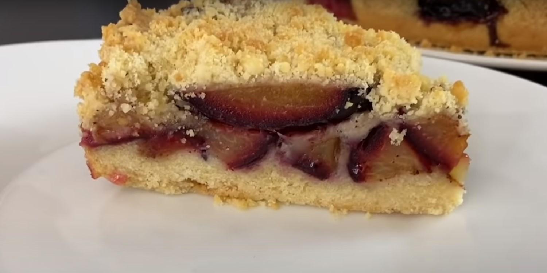 Песочный пирог со сливами и корицей
