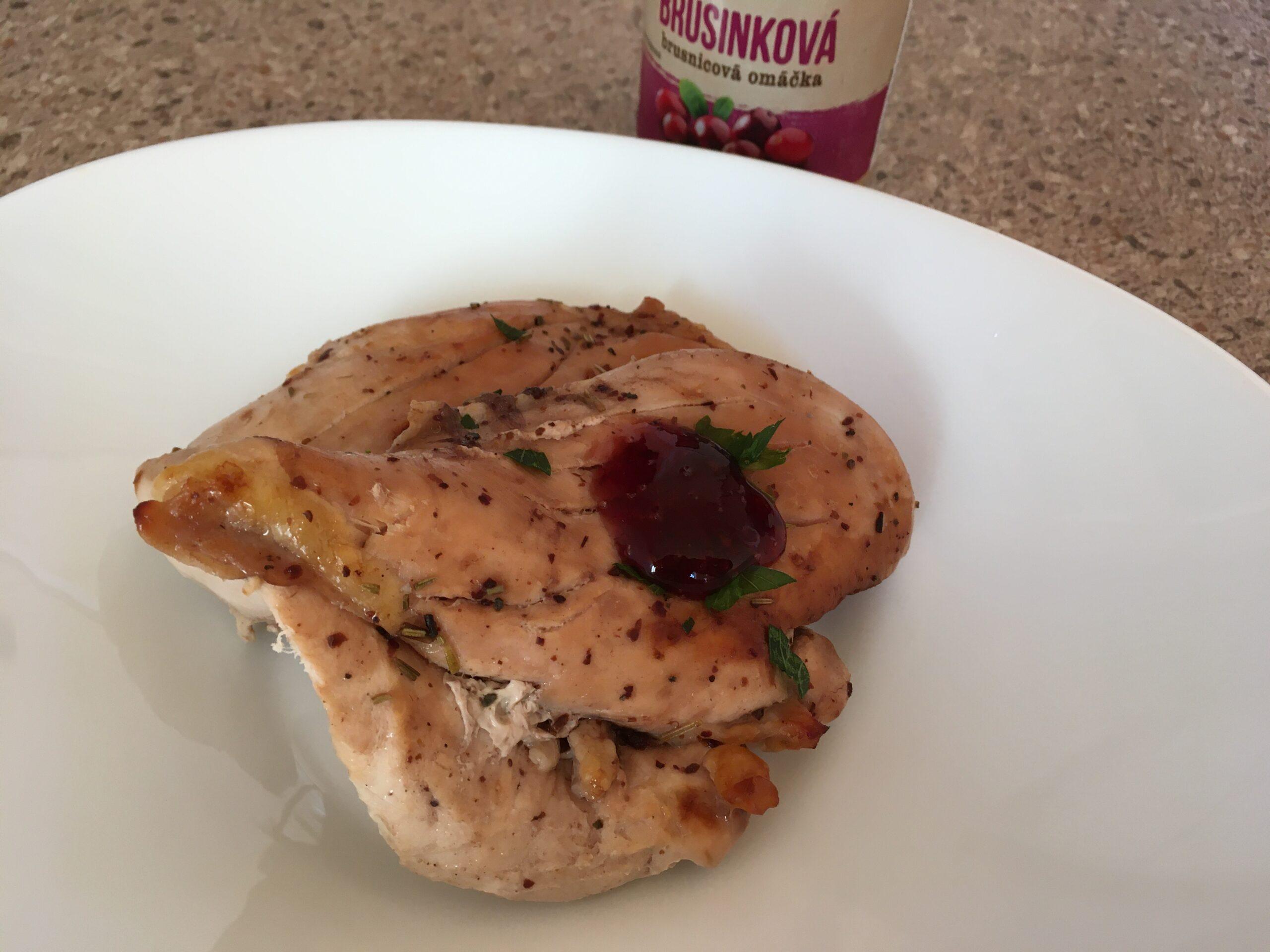 Филе куриной грудки с брусничным соусом, запеченное в духовке