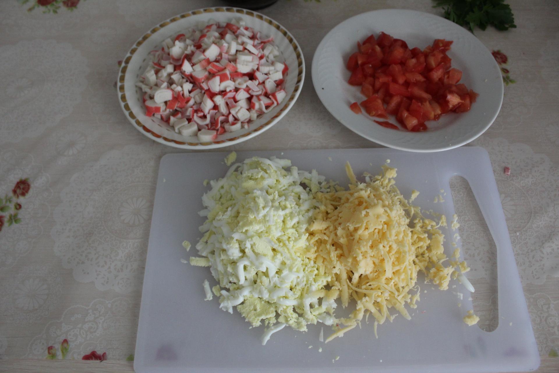 Слоеный праздничный салат с кукурузой