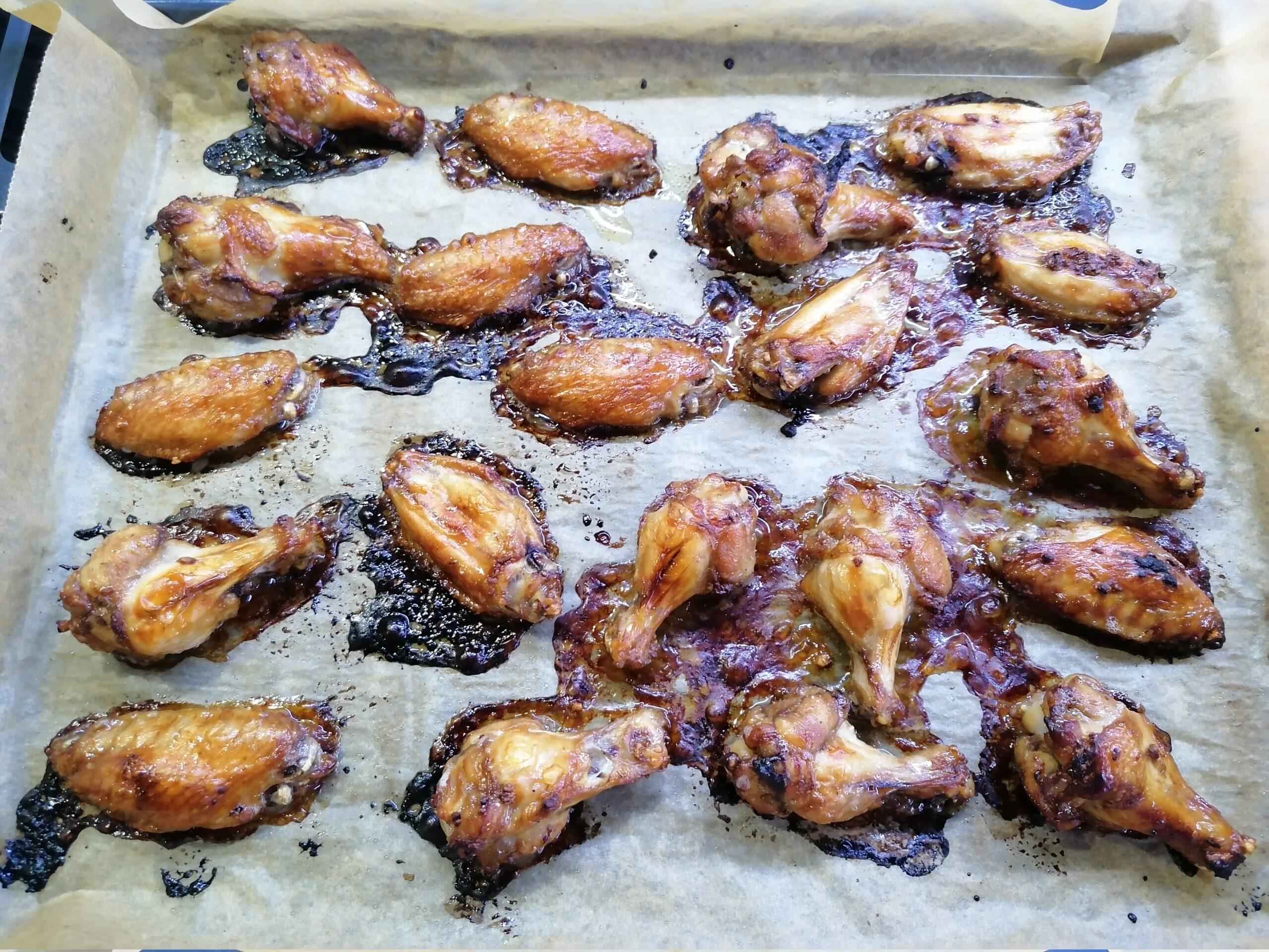 Простой и очень вкусный рецепт куриных крылышек в духовке