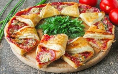 Рецепт приготовления пиццы на слоеном тесте с колбасой и томатами.