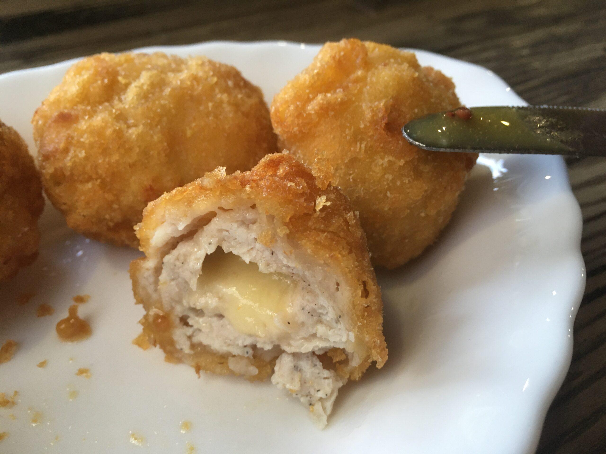 Шарики с куриным фаршем и козьим сыром, приготовленные во фритюре