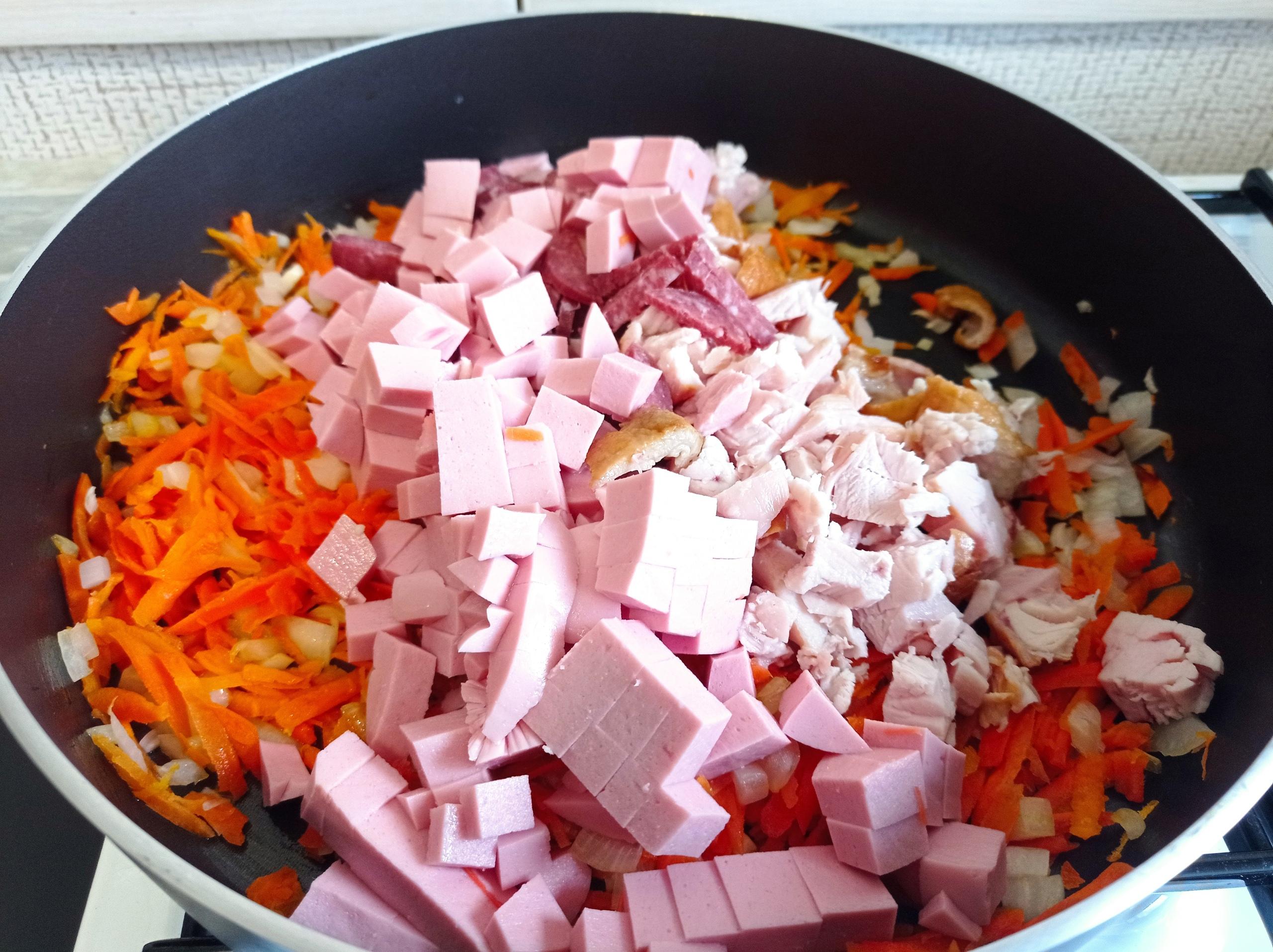 Домашняя солянка с копченой курицей и оливками