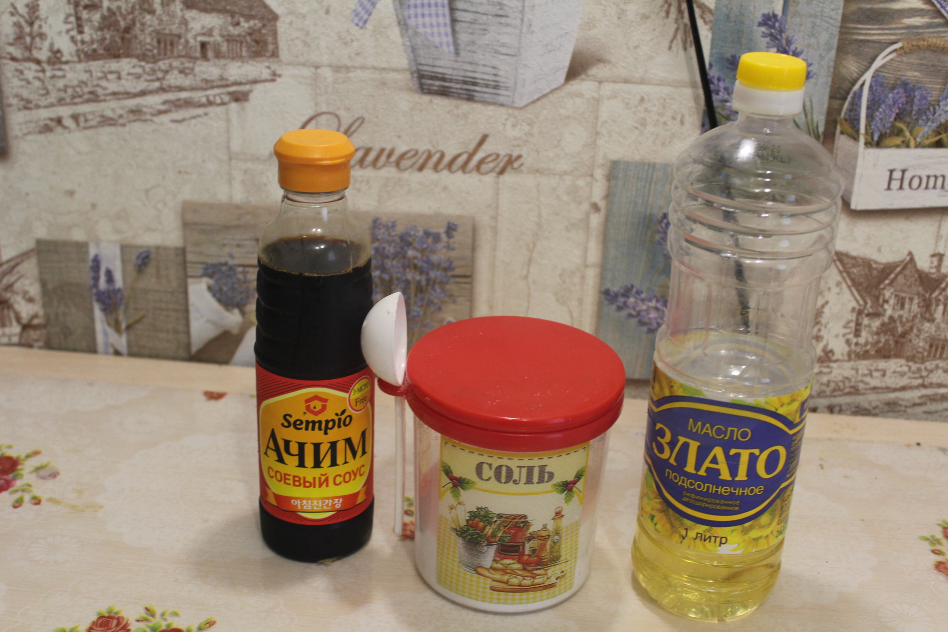 Пикантный салат из огурцов и болгарского перца с кунжутом