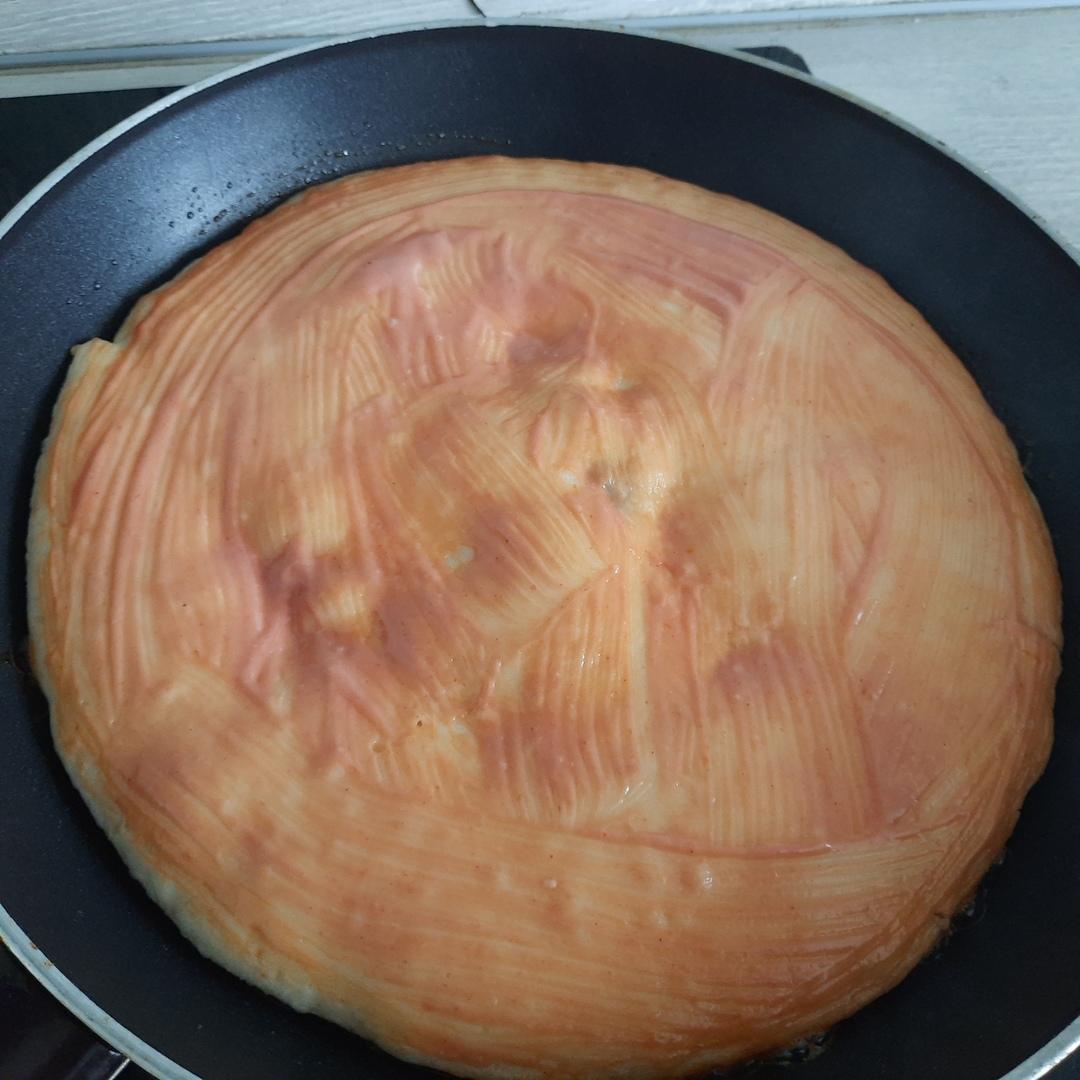 Рецепт пиццы на сковороде с сосисками и сыром