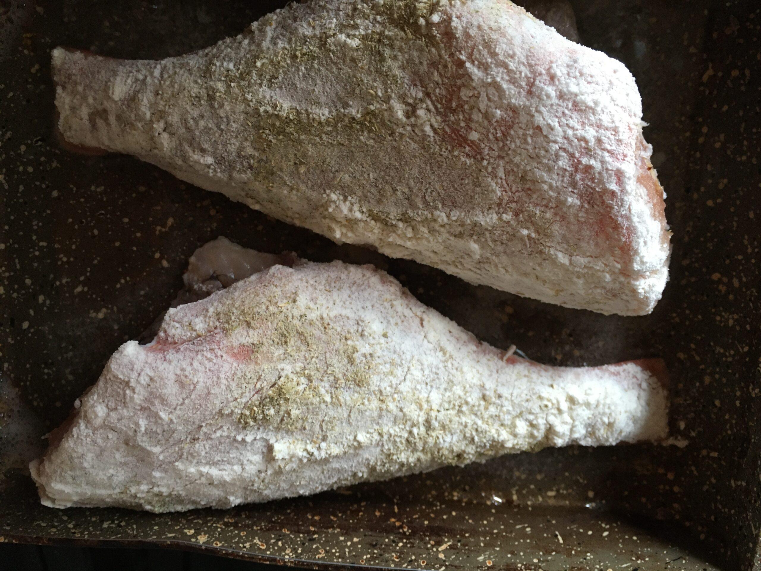 Морской окунь с индийским орехом и пажитником