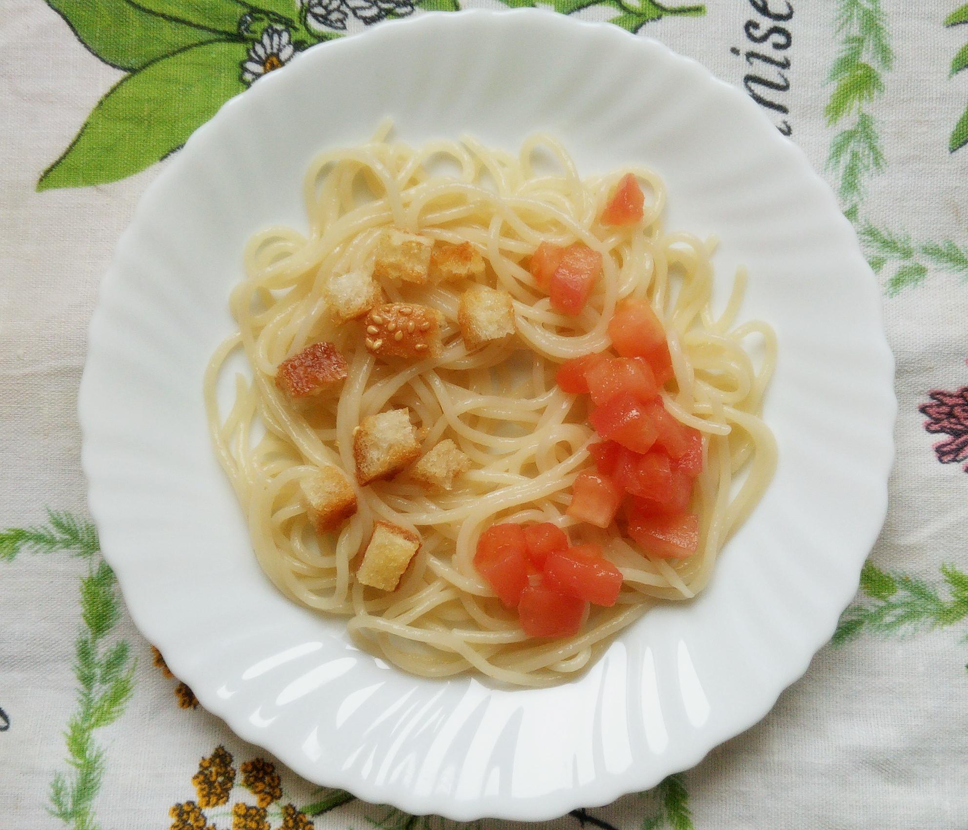 Паста с чесночными сухариками и помидором