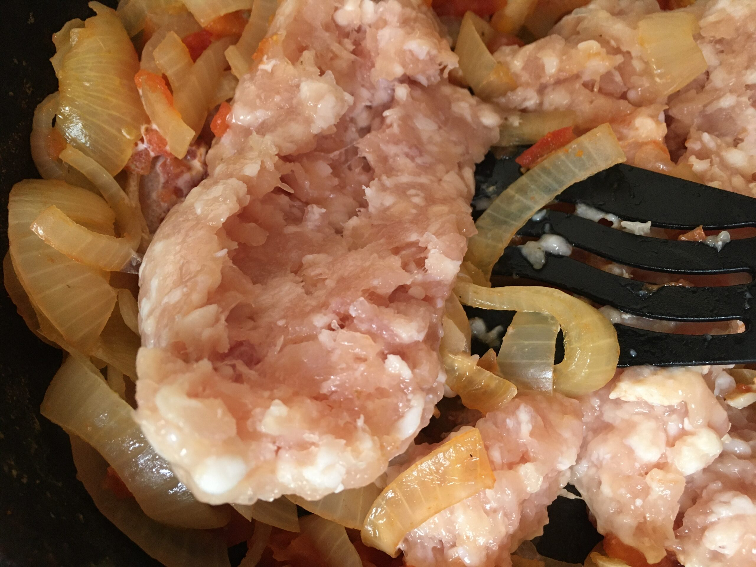 Второе блюдо из куриного фарша, риса, лука и помидоров
