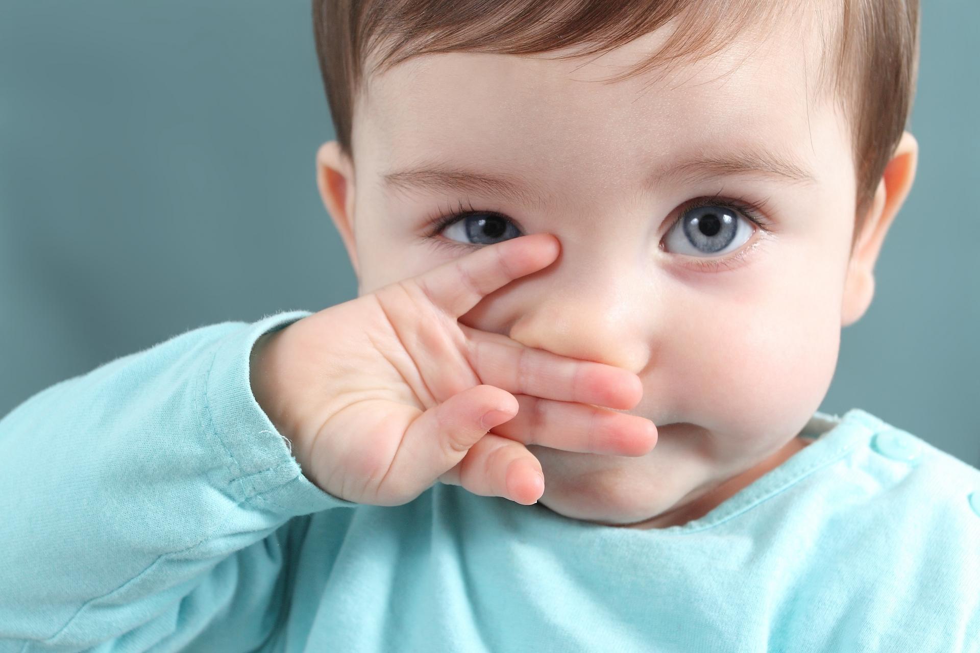 Удаляем инородные тела у ребенка из носа, уха или горла