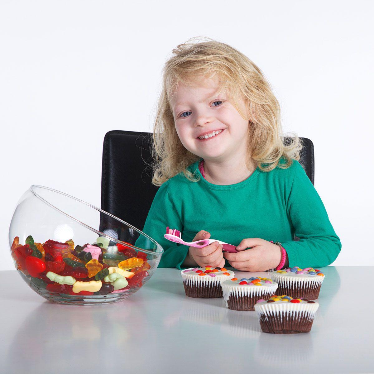 Можно ли давать детям сладкое?