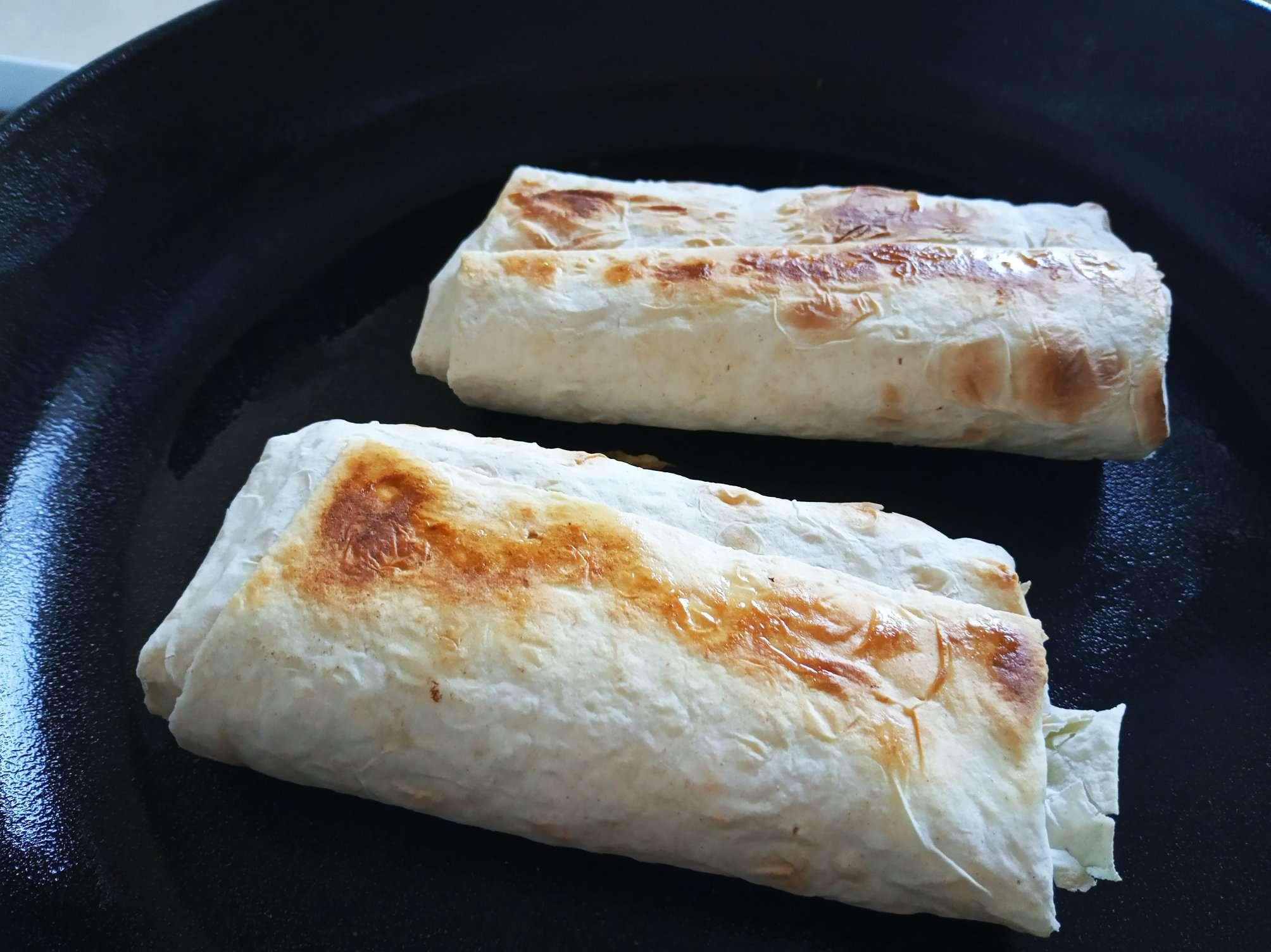 Рулетики из лаваша с яйцом, сыром и помидором