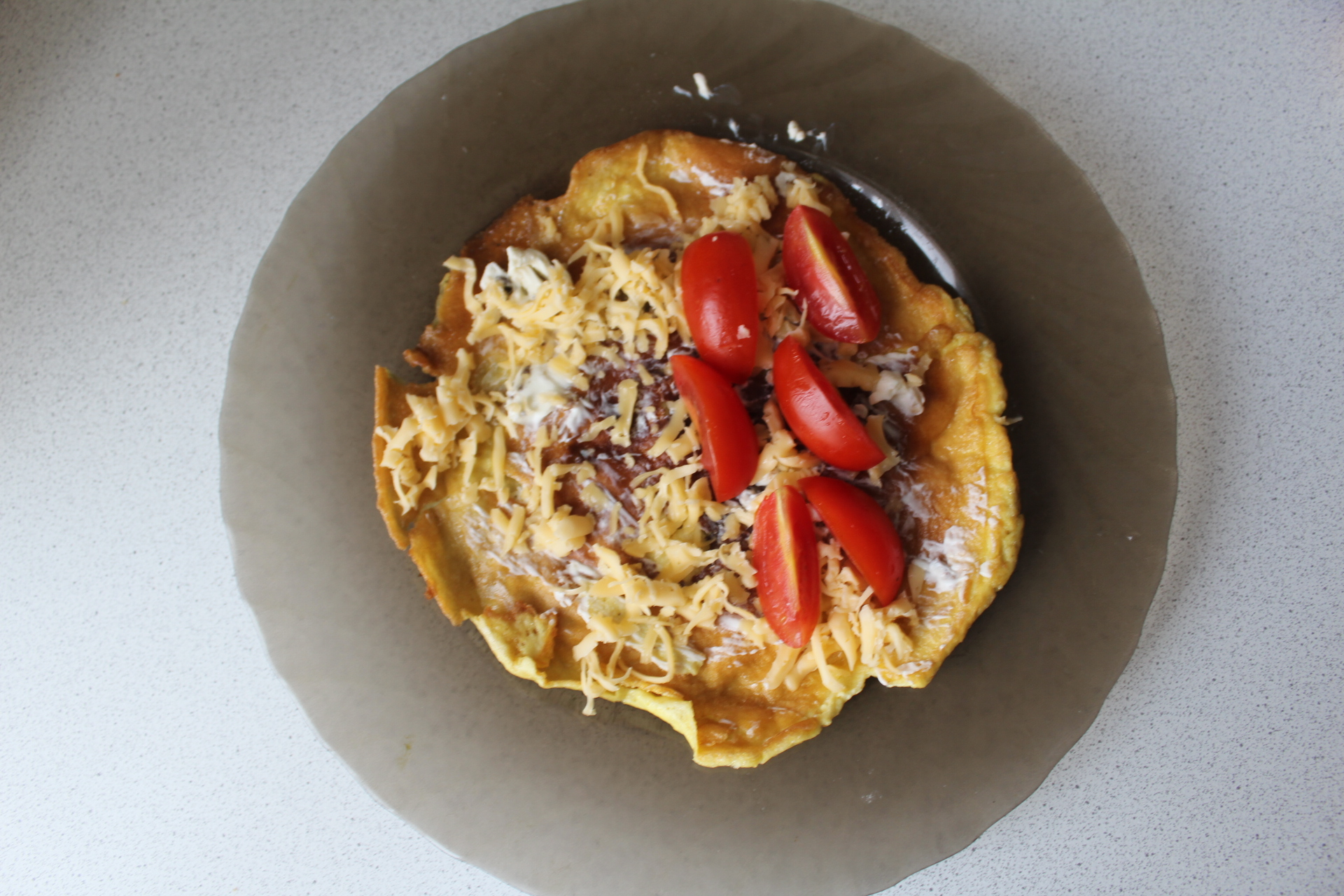 Яичные блинчики с сыром и помидорами