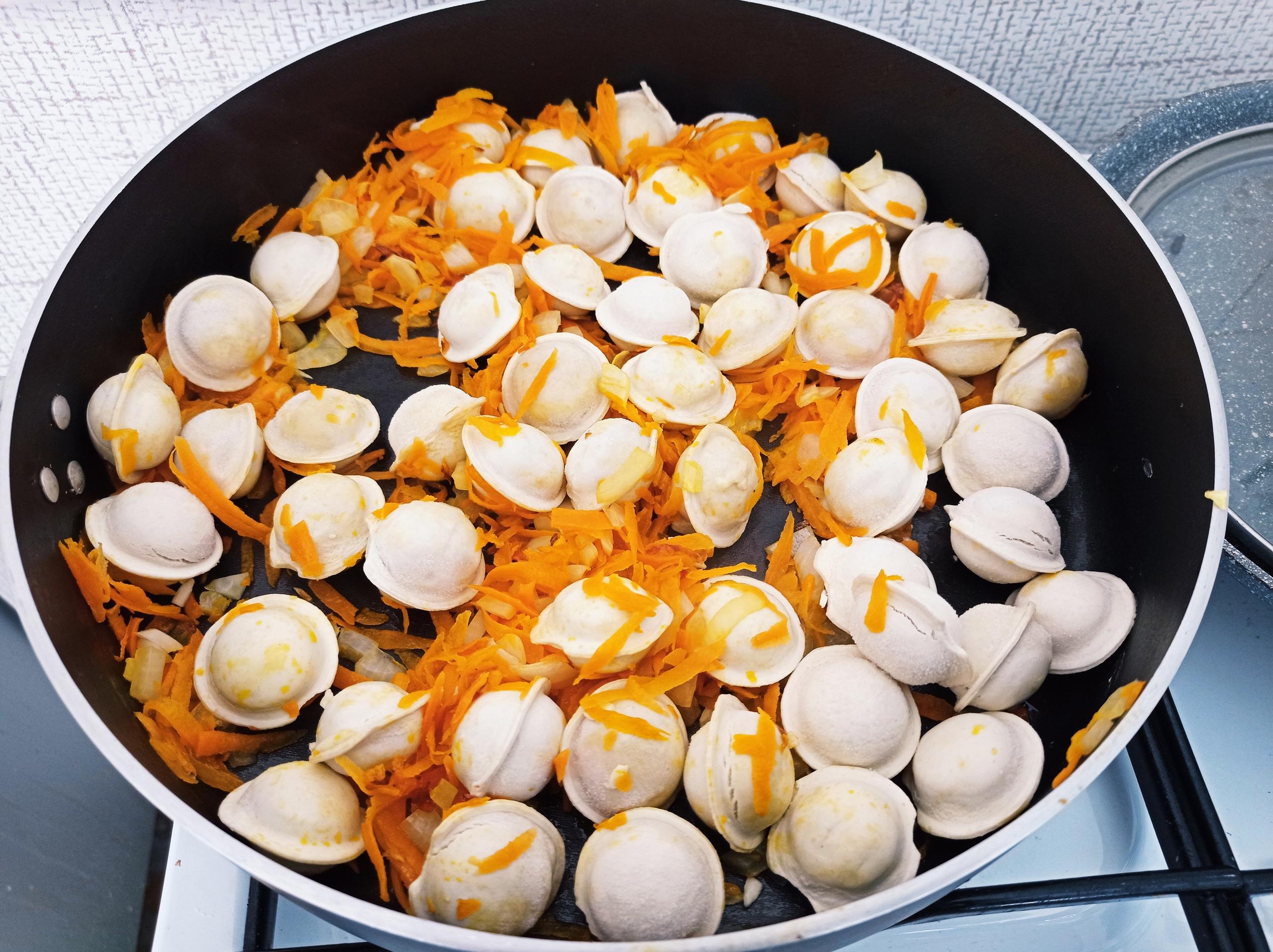 Пельмени тушенные в сметанно-овощном соусе