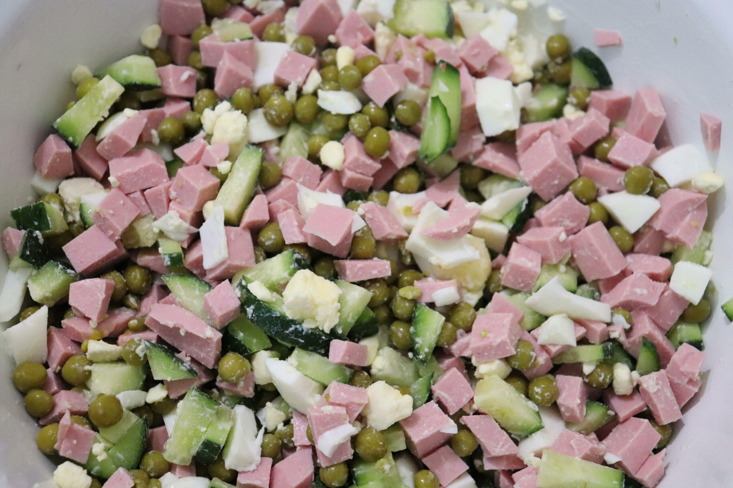 Салат с горошком, колбасой и свежим огурцом