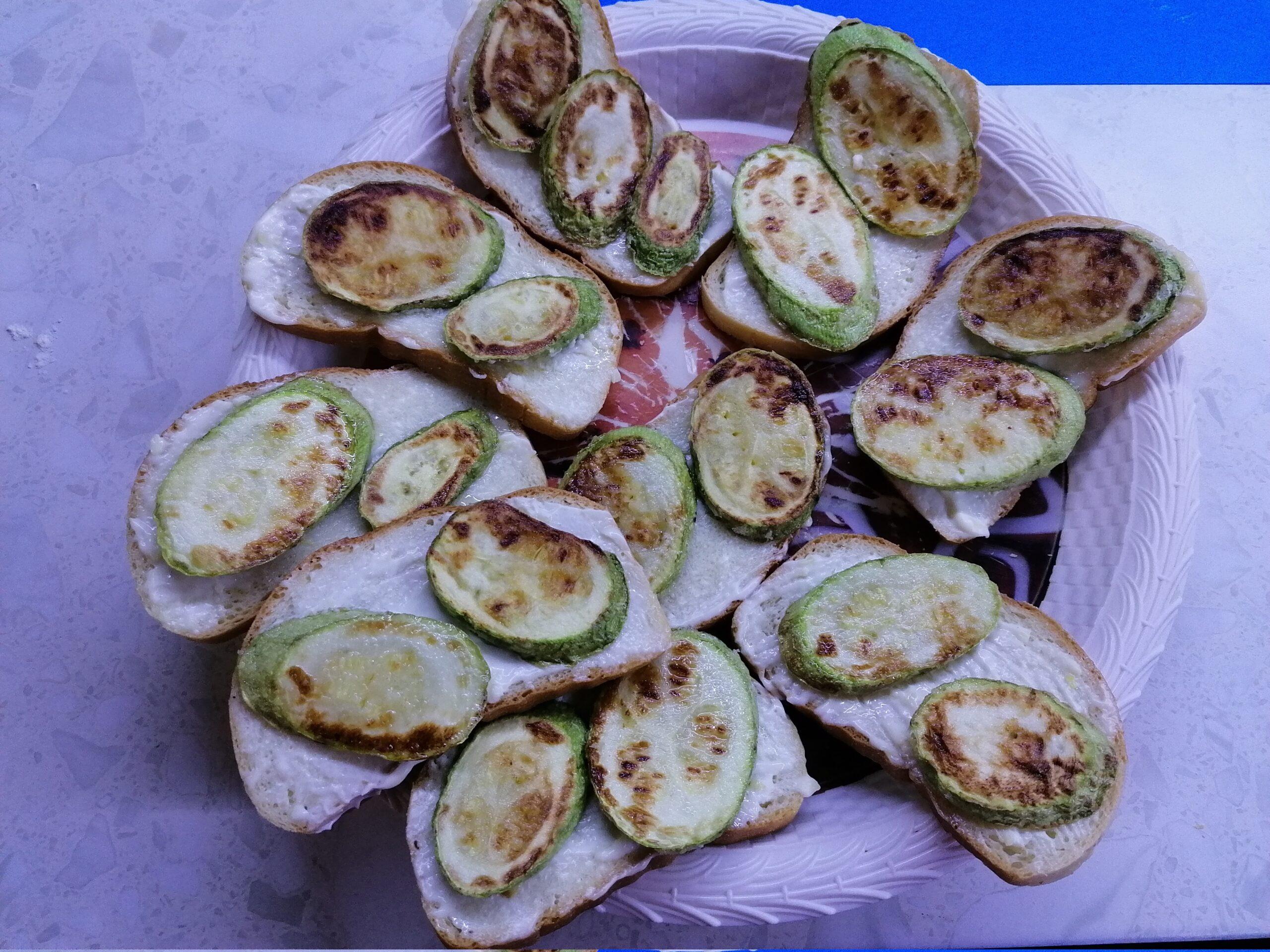 Бутерброды с кабачками и помидорами на скорую руку