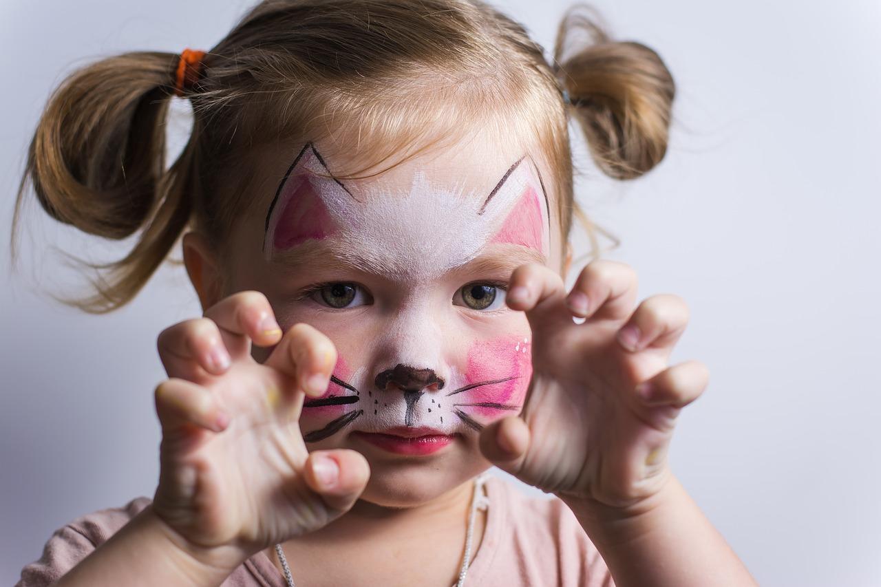 Почему дети кричат и кривляются?