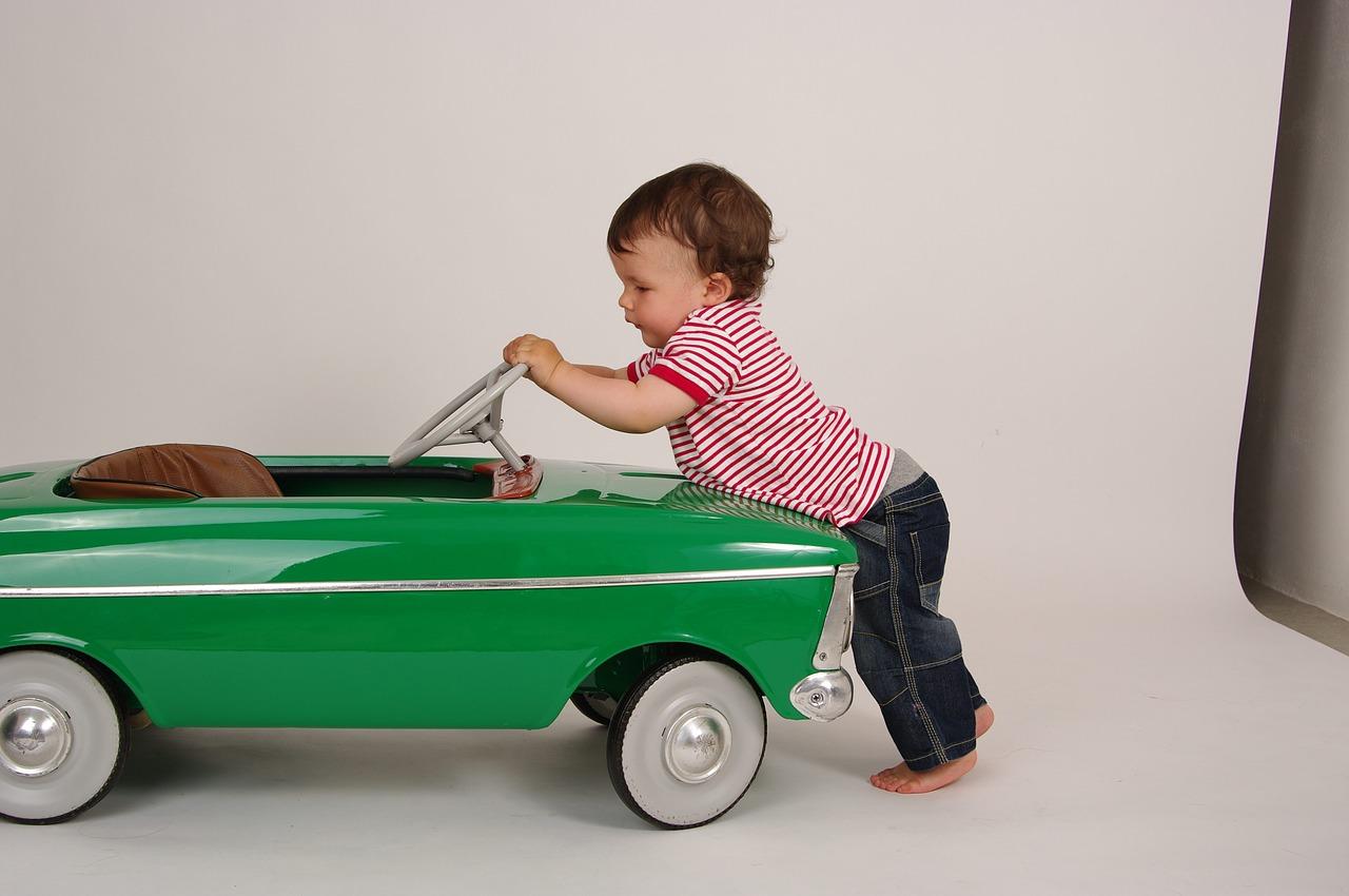 Как безопасно перевозить ребенка на заднем сиденье автомобиля?