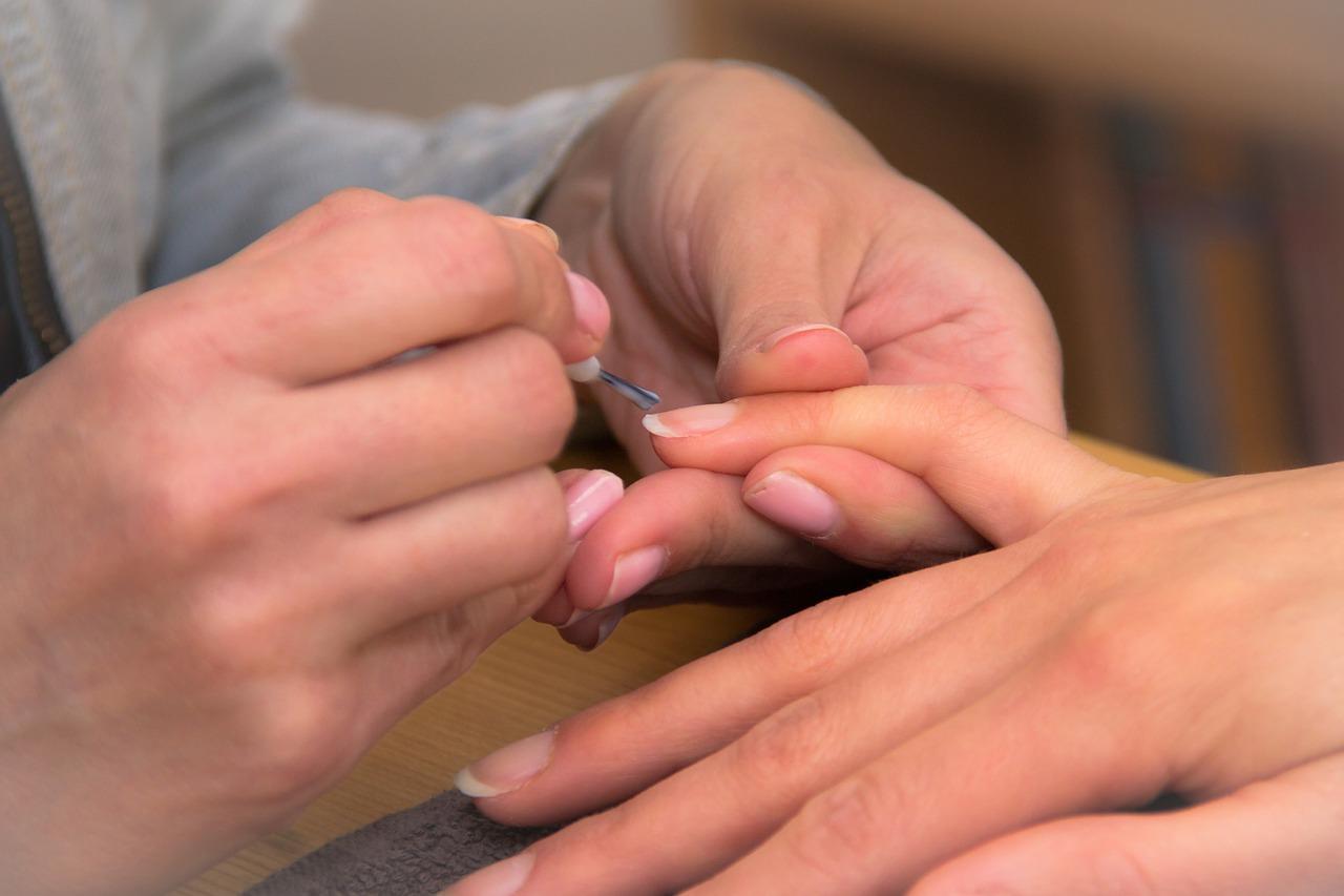 Слоятся ногти: причины и лечение