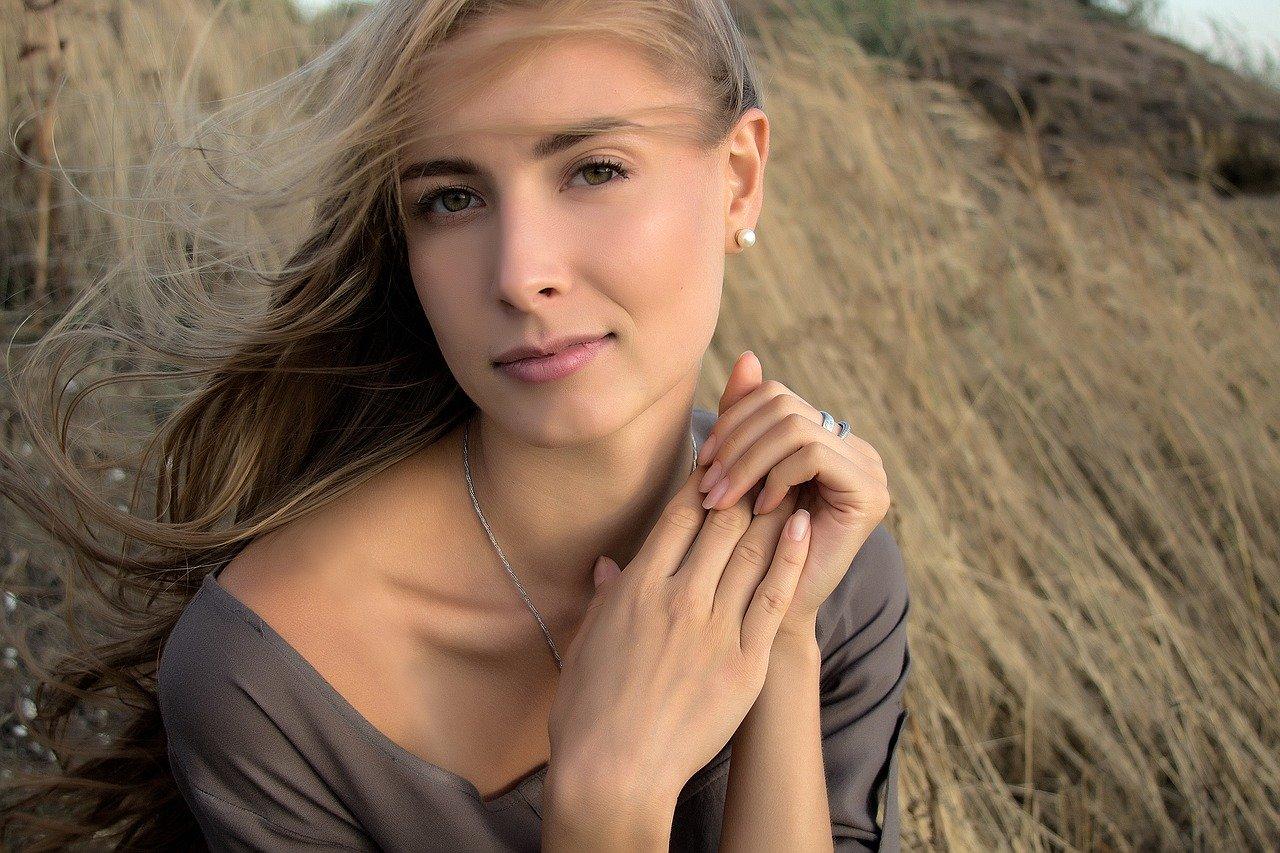 Волосы просто не могут без витаминов из группы B. Их другое название – витамины красоты, так как они ответственны за состояние ногтей, кожи и волос в том числе. Эта группа многочисленна и каждый ее представитель поддерживает в нас естественную красоту: витамин B1, известный как тиамин, защищает нас от стресса, а рибофлавин или витамин B2 спасает кожу от шелушения, волосы от сухости, а нас в целом от депрессии. Витамин B3 (PP) поддерживает цвет волос и улучшает кровообращение в коже. Его недостаток может привести к ранней седине и чрезмерному выпадению волос. Витамин B5, при нанесении на кожу, восстанавливает ее поврежденные участки, а B6 стимулирует выброс серотонина – гормона, улучшающего настроение. Также B6 тормозит появление перхоти. Витамин B9 (или фолиевая кислота) вместе с B12 стимулируют деление клеток, приводят в порядок нервную систему и предотвращают ломкость волос и ногтей. Витамин A стимулирует рост волос, делая их густыми и блестящими. Витамин E очень необходим для обладательниц длинных локонов, так как он питает волосы и укрепляет корни. А всем известная аскорбинка или витамин C способствует улучшению микроциркуляции крови, отчего волосы получают больше питательных веществ, и, как следствие, остаются крепкими и здоровыми. И, кроме всего, аскорбиновая кислота отлично справляется с главным врагом женской красоты – стрессом!