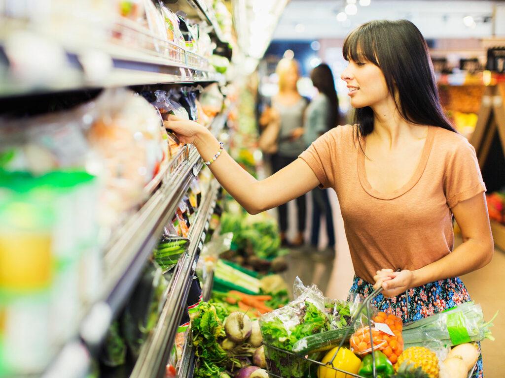 Семья экономим продукты покупки
