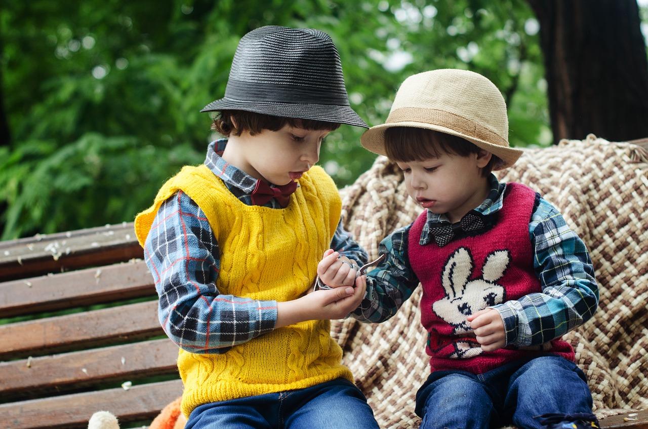 Мы даже не подозреваем, что, произнося обычные для нас фразы , можем довольно серьезно повредить ребенку: снизить его самооценку, сформировать неуверенность в себе и т.д. Так чего же не следует говорить своему ребенку, чтобы не нанести ему психологическую травму? Фраза 1. Эта фраза звучит так: «Ничего страшного!». Эти слова мы повторяем очень часто, но если вы адресуете ее малышу, то тем самым вы можете остановить малыша на пути к цели. После этих слов он может бросить начатое дело и заняться чем-то другим, ведь ничего страшного не произошло. С возрастом такое отношение ребенка уже к более важным вещам останется неизменным и это может плохо отразиться на его будущем. Кроме того, вы просто обесценили детские переживания. Чем чаще ребенок будет слышать эту фразу, тем в нем будет меньше чуткости и эмоций. Ведь в данный момент он переживает от того, что не может достичь того, что для него действительно важно. Не следует забывать и о том, что этой фразой вы снизили самооценку ребенка, дали понять, что не видите ничего сложного. В результате этого, ребенок понимает свою неспособность, раз он не может справиться с поставленной задачей. Фраза 2. «У тебя получится!». Эта фраза кажется безобидной на первый взгляд. Складывается впечатление, что этими словами вы наоборот, подбадриваете малыша, но на самом деле вы формируете его неуверенность в себе. Помните о том, что у малыша не может получаться абсолютно все, ведь он только начинает осваивать мир. Если же после долгих стараний ребенку все же не хватить способностей и навыков, чтобы преодолеть трудности, то вы получите лишь очередную волну плача, а, кроме того, добавите ему неуверенности в себе, которая постепенно будет только расти. Этой фразой вы, кроме всего прочего, развиваете в ребенке перфекционизм. Вы для малыша самый главный авторитет. Своим утверждением, что у него все должно получаться вы закладываете фундамент к формированию перфекционизма. Подобной фразой вы к тому же не даете малышу пережить момент неудачи и осозн
