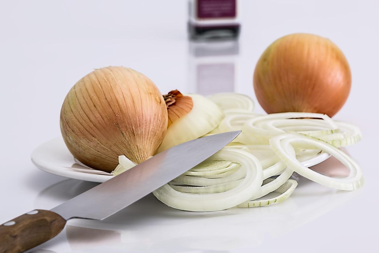 3 способа использования сока лука при выпадении волос