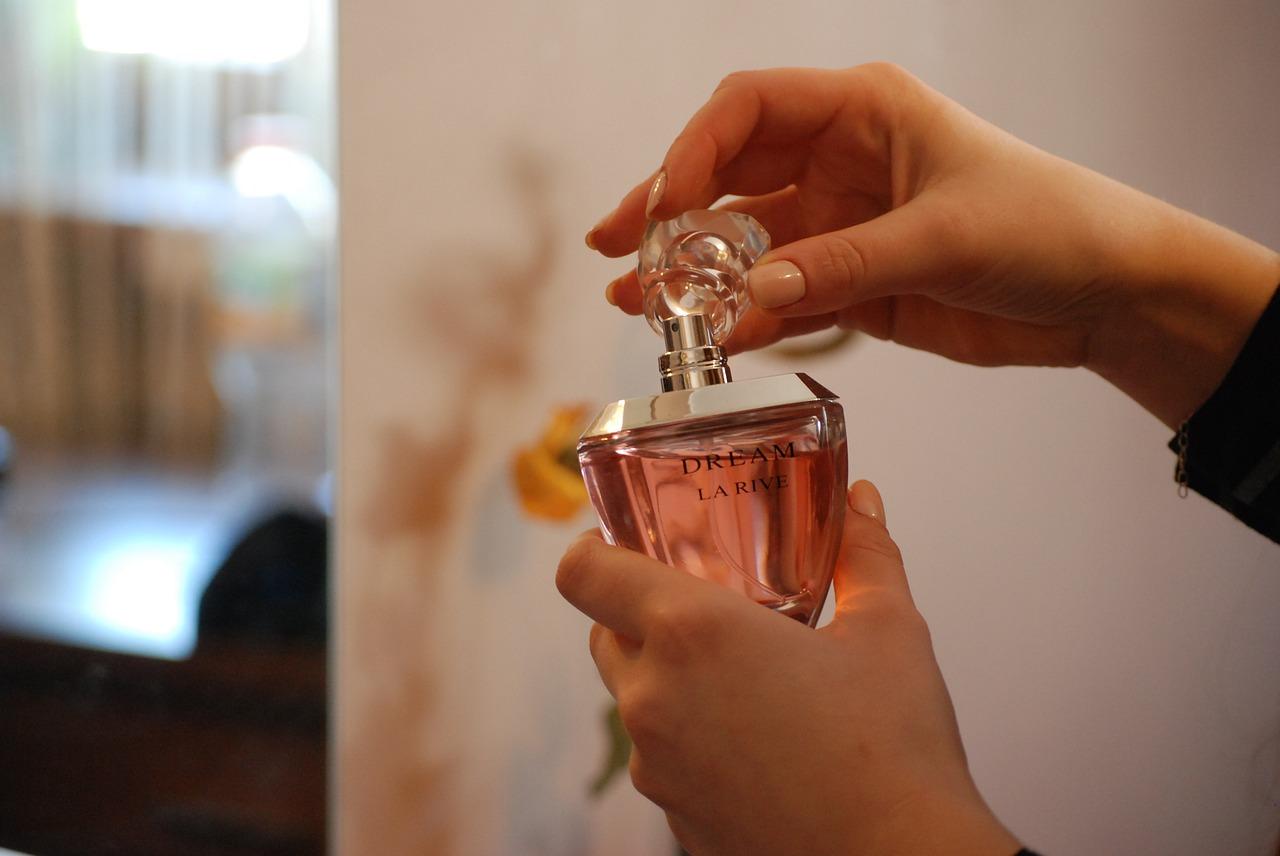 Как легко сделать парфюм более стойким? Каждая девушка сможет пользоваться данными рекомендациями и радоваться своему приобретению