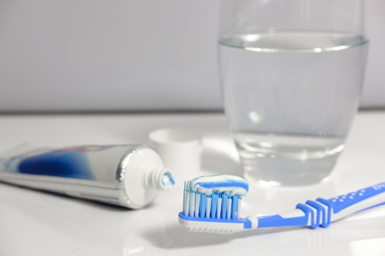 Как отбелить зубы естественно и безопасно без дорогостоящих визитов к стоматологу