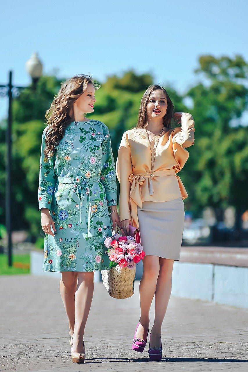 Если у вас нет лишних денег на гардероб, то не нужно покупать дорогие вещи модных тенденций. Они быстро выйдут из моды.