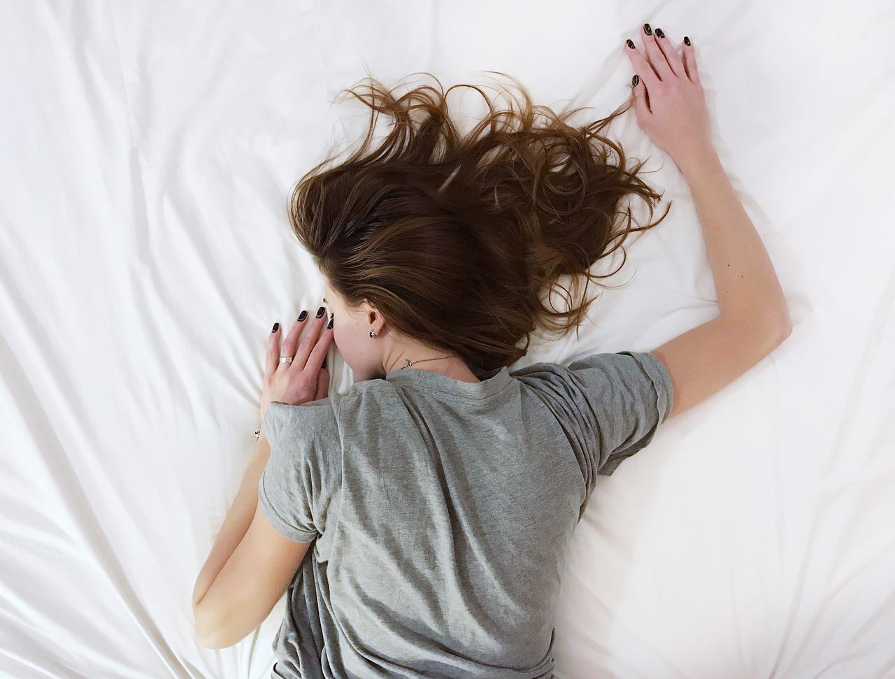 """Большинство людей думают, что здоровье и фитнес требуют серьезных затрат времени и энергии. Современная жизнь может быть настолько насыщенной, что может показаться трудным найти время для своего здоровья. Вот несколько простых советов, которые могут заставить вас пересмотреть вопросы своего здоровья. Существует множество способов, с помощью которых вы можете сосредоточиться на своем здоровье, фитнесе и общем самочувствии, не жертвуя большим времени из своего ежедневного графика. Как же так? Читайте дальше, чтобы узнать больше.  Получите регулярный, качественный сон  Хороший качественный сон оказывает большое влияние на общее здоровье и физическую форму. Сон помогает телу и разуму восстанавливать и регулировать основные функции здоровья. Если вы пропускаете сон, ваше общее самочувствие будет страдать. У вас будут проблемы с концентрацией внимания, ваш метаболизм замедлится, ваше тело будет """"пытаться"""" идти в ногу с повседневной деятельностью, и вы будете в целом чувствовать себя плохо. Ваша память и психическое здоровье также сильно зависят от сна. Старайтесь спать по восемь часов в сутки. Соблюдайте хорошую гигиену сна, а это означает, что не смотрите телевизор, планшеты, ноутбуки или смартфоны по крайней мере за полчаса до того, как ложитесь спать.  Начните готовить еду заранее  Ваша диета необходима для вашего здоровья и физической формы, а напряженный образ жизни может оказать действительно негативное влияние на то, что вы едите. Легко перекусить и съесть мусор, когда у вас нет времени готовить, но приготовление пищи заранее - отличный способ противостоять этому. Выделите время, чтобы приготовить несколько больших, здоровых блюд в большом количестве. Вы найдете множество планов подготовки здорового питания в интернете.  Сосредоточьтесь на простых упражнениях  Когда речь заходит о регулярных упражнениях, найти 30-60 минут для тренировки идеально, но это не всегда возможно. Если вы часто оказываетесь слишком заняты, чтобы найти такое время, разбейте свою тренировку """