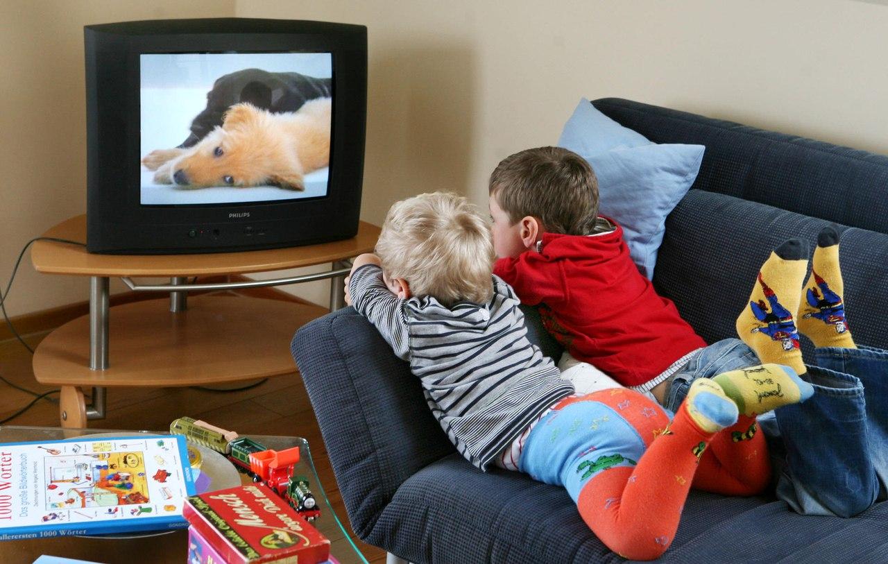 Стоит ли разрешать смотреть телевизор детям?